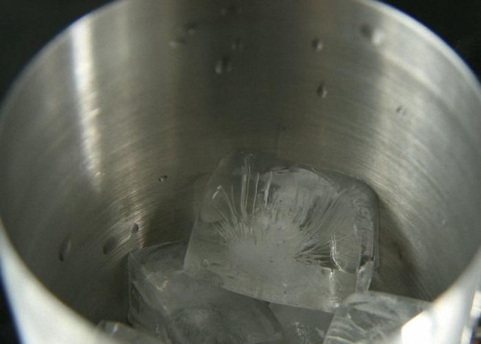 Смешать все ингредиенты в шейкере со льдом