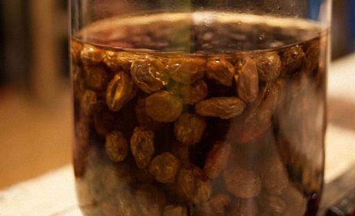 В березовый сок добавить изюм и сахар