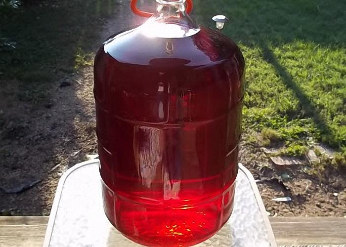 Вино из малинового варенья процедить и настоять в прохладном месте