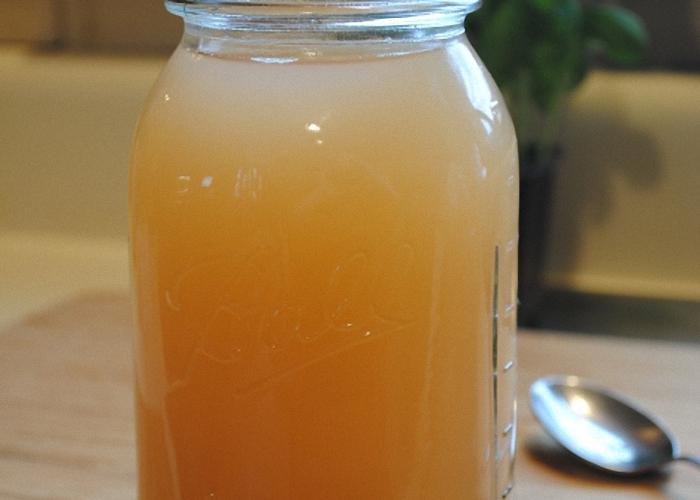 Выжатый сок поставить в теплое место для брожения